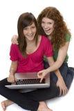 Dos adolescentes con el ordenador portátil Foto de archivo libre de regalías
