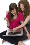 Dos adolescentes con el ordenador portátil Imagenes de archivo