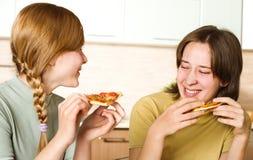 Dos adolescentes con la pizza Foto de archivo