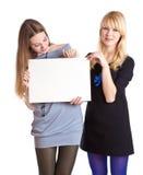 Dos adolescentes con la tarjeta para el texto Foto de archivo libre de regalías