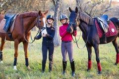 Dos adolescentes con su caballo en parque Fotografía de archivo