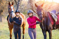 Dos adolescentes con su caballo en parque Fotos de archivo