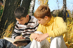 Dos adolescentes con un libro Fotos de archivo libres de regalías
