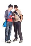 Dos adolescentes consideran el teléfono Imagenes de archivo