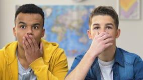 Dos adolescentes contratados que miran series de drama de la novela de suspense TV en casa, tiempo de resto almacen de metraje de vídeo