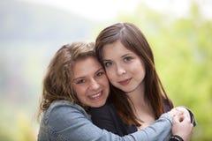 Dos adolescentes de abrazo Fotos de archivo