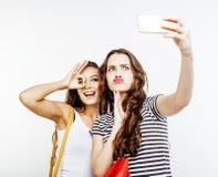 Dos adolescentes de los mejores amigos junto que se divierten, presentación emocional en el fondo blanco, besties sonrisa feliz,  Fotos de archivo