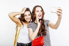 Dos adolescentes de los mejores amigos junto que se divierten, presentación emocional en el fondo blanco, besties sonrisa feliz,  Foto de archivo libre de regalías