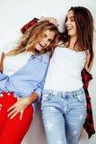 Dos adolescentes de los mejores amigos junto que se divierten, presentación emocional en el fondo blanco, besties sonrisa feliz,  Imagen de archivo libre de regalías