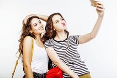 Dos adolescentes de los mejores amigos junto que se divierten, presentación emocional en el fondo blanco, besties sonrisa feliz,  Imagen de archivo