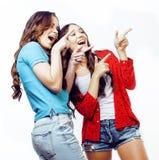 Dos adolescentes de los mejores amigos junto que se divierten, presentación emocional en el fondo blanco, besties sonrisa feliz,  Fotos de archivo libres de regalías