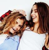 Dos adolescentes de los mejores amigos junto que se divierten, presentando emoti Fotografía de archivo