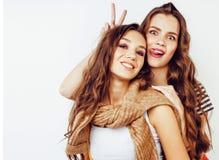 Dos adolescentes de los mejores amigos junto que se divierten, presentando emoti Foto de archivo libre de regalías