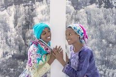 Dos adolescentes del Afro que sonríen en uno a Fotos de archivo libres de regalías