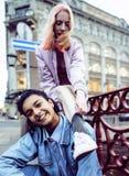 Dos adolescentes delante del edificio de la universidad que sonríen, teniendo Imagen de archivo