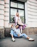 Dos adolescentes delante del edificio de la universidad que sonríen, teniendo Imagen de archivo libre de regalías