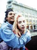 Dos adolescentes delante del edificio de la universidad que sonríen, teniendo Imagenes de archivo