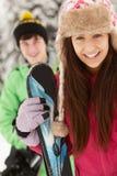 Dos adolescentes el día de fiesta del esquí Fotos de archivo