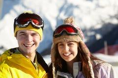 Dos adolescentes el día de fiesta del esquí en montañas Foto de archivo libre de regalías