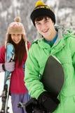 Dos adolescentes el día de fiesta del esquí en montañas Imagen de archivo libre de regalías