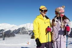 Dos adolescentes el día de fiesta del esquí en montañas Fotografía de archivo libre de regalías