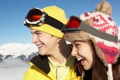 Dos adolescentes el día de fiesta del esquí en montañas Fotos de archivo libres de regalías