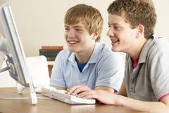 Dos adolescentes en el ordenador en el país Fotografía de archivo