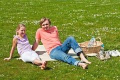 Dos adolescentes en la comida campestre Fotos de archivo libres de regalías