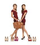 Dos adolescentes en vestidos rojos con el bolso Imágenes de archivo libres de regalías