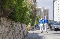 Dos adolescentes están en el festival de los trajes de Purim en las calles de la ciudad de la cerveza Sheva, Israel Fotos de archivo