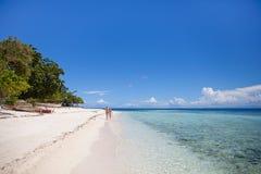 Dos adolescentes están en una playa abandonada Imagen de archivo