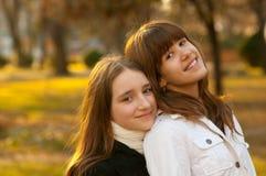 Dos adolescentes felices hermosos en el parque Fotografía de archivo libre de regalías