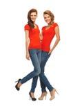 Dos adolescentes hermosos en camisetas rojas Foto de archivo libre de regalías