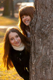Dos adolescentes hermosos que se divierten en el parque Fotografía de archivo libre de regalías