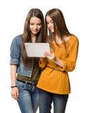 Adolescentes que se divierten con un ordenador de la tableta. Foto de archivo
