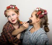 Dos adolescentes juguetones delante de un ojo Foto de archivo libre de regalías