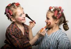 Dos adolescentes juguetones delante de un ojo Imágenes de archivo libres de regalías