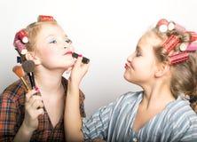 Dos adolescentes juguetones delante de un ojo Fotos de archivo