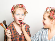 Dos adolescentes juguetones delante de un ojo Fotos de archivo libres de regalías