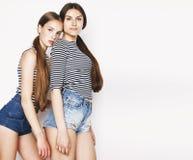 Dos adolescentes lindos que se divierten junto aislada en blanco Imagen de archivo