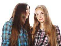 Dos adolescentes lindos que se divierten junto aislada en blanco Fotos de archivo