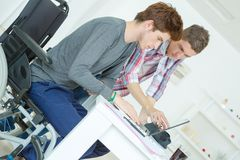 Dos adolescentes masculinos que estudian en casa Imagenes de archivo