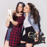 Dos adolescentes morenos hermosos de las mujeres (muchachas) gastan el togeth del tiempo Foto de archivo libre de regalías