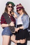 Dos adolescentes morenos hermosos de las mujeres (muchachas) gastan el togeth del tiempo Imágenes de archivo libres de regalías
