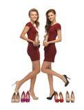 Dos adolescentes preciosos en vestidos rojos con los zapatos Imagen de archivo libre de regalías