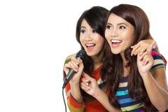 Dos adolescentes que cantan Fotografía de archivo libre de regalías