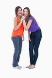 Dos adolescentes que cantan en un micrófono Fotografía de archivo libre de regalías