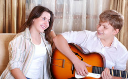Dos adolescentes que cantan por la guitarra Fotos de archivo libres de regalías