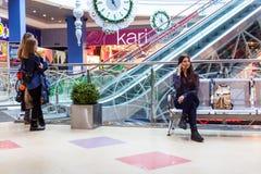 Dos adolescentes que colocan la alameda de compras interior Fotografía de archivo