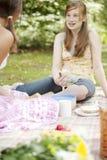 Dos adolescentes que comen los emparedados Fotos de archivo libres de regalías